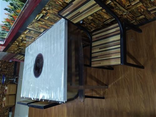 火锅店桌椅转让,基本全新,带电磁炉,另有大功率空调扇出售,价格合理,?#34892;?#35201;者电联,看货议价!