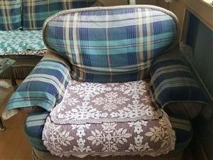 旧爱都牌沙发,一直自用,想换新,给钱就卖。电话18730707026