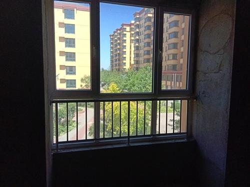 盧龍上東花園小區87平方米,三室一廳一衛,方正戶型,黃金樓層(二樓)。帶24平方米車庫。毛坯。總價3...