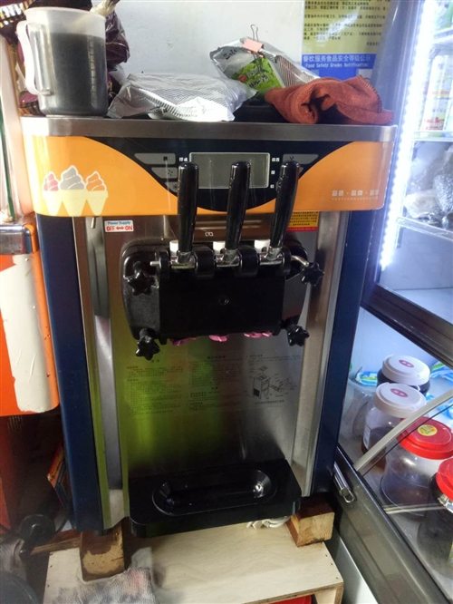 冰淇淋机低价出售,榨汁机8成新,喜欢的电话联系,13628511767