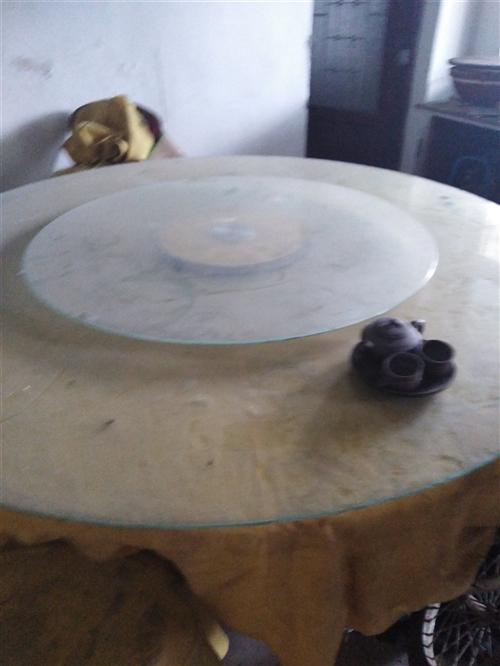 因拆迁处理大圆桌五个,椅子四十把,