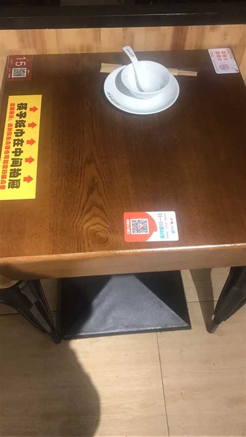 60*60的餐桌出售,桌子帶有抽屜功能,實木材質。質量很好。價格258一張,鐵椅95一張。