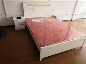1.5米床,2個床頭柜用了一個月不到。現閑置低價處理,9成新自取   17356303216