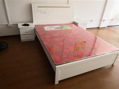 1.5米床,2个床头柜用了一个月不到。现闲置低价处理,9成新自取   17356303216