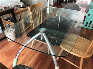 今有玻璃餐桌一个 九成新的非常干净 要的联系我