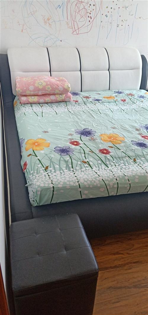 宝贝床使用了一年半,材质很好,九成新,因孩子在墙上乱涂乱画,房子需要重新装修换风格,现低价出售!有意...