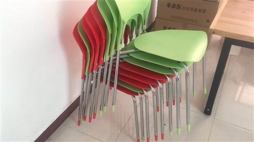 會議桌長兩米寬0.7米可坐八人.小桌子長1.3米寬40厘米,吉米投影儀便攜式加幕布。以上都是全新沒用...