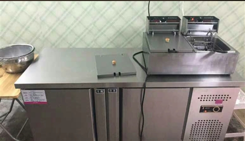 之前開奶茶店留下的設備,店開了幾個月,基本都是九成新。奶茶設備基本都有,制冰機,操作臺。果糖機,炸鍋...