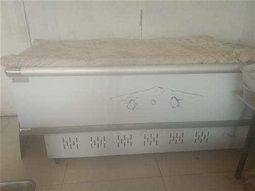 本人转让使用一年多的保鲜冷冻柜,长两米半,95成新,省电耐用。