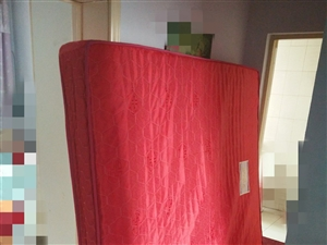 处理二手弹簧床垫一个,1.8×2米,厚20厘米。外观完好无损。自己来拉。五楼没电梯。