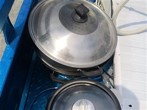 電飯鍋,電炒鍋,電暖氣,電視小鍋中央電視臺都有,買時一共花了八百多,現在就賣二百,有要的聯系,九成新