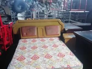 沙發、茶幾、餐桌、六把椅子、一張九成新1米8床床、一張一米五床