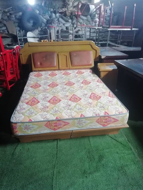 沙发、茶几、餐桌、六把椅子、一张九成新1米8床床、一张一米五床