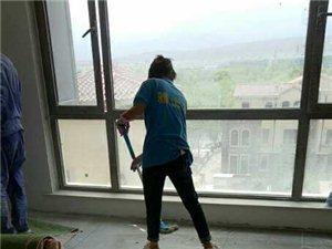 保潔打掃衛生擦玻璃。清洗油煙機太陽能熱水器