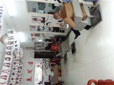 550元/月  面  积: 60平  装修程度: 简装 所属行业: 美容美发 商铺图片