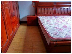 转让九成新实木双人床,带两个床头柜,送床垫
