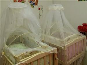 儿童床带有独立摇篮