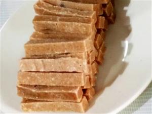 欢迎大家来天戈时代负一楼新华超市果艺坊老北京糖葫芦专柜品尝各种山楂制品和冰糖葫芦。各种优惠多多巧克力