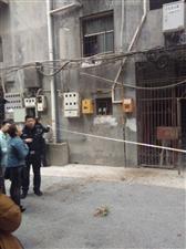 飞鸿街一老人重8楼上跳下来直接死亡