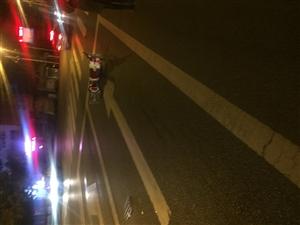 面包车撞倒电瓶车