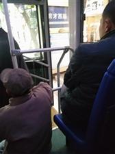 19路公交车上无人给7旬大爷让座