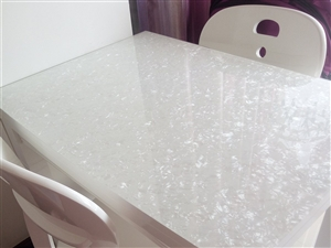 出售九五成新的餐桌可折叠带三个椅子