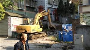 碧桂园小区出入的路给挖掘机挖了