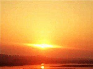 夕阳悬高树,薄暮入青峰。