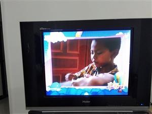 低价出售保护很好的二手电视和电视柜