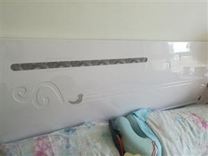 九成新1.5米床带九成新床垫出售自提