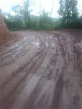 大连村的泥巴路