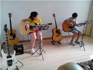 暑假長期招收吉他學員啦,報名即送吉他!