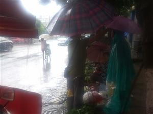仪陇好阿姨!今天在江或城五福超市对面,下着大雨,一卖菜阿姨打着雨伞卖菜,一阿姨看见,非常热心,把自己