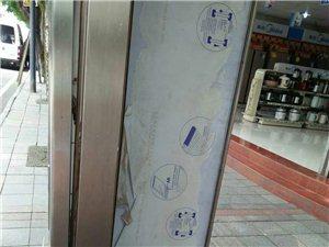 公交站牌倒下砸到人身上