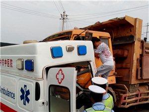 被拦腰撞击的救护车