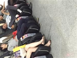 占用公共按摩椅睡觉