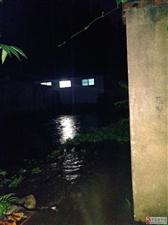 沟里盖房村民被淹