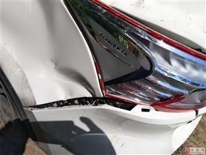 毛领地村霸拦车收费砸车