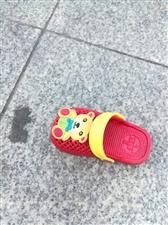 娃儿的鞋子掉了都不晓得