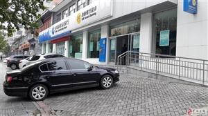 冠街建设银行门口,随意停车堵在门口,挡住停车场,这种素质实在差劲!
