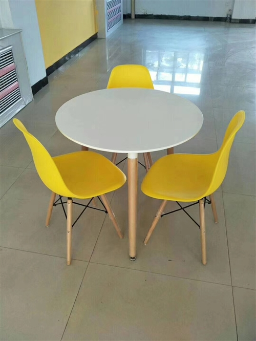直径1米休闲桌一套,一桌三椅。