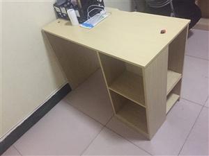 新攒的电脑桌,使用时间不到2个月。