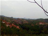 于都罗田岩景点周围都是坟墓