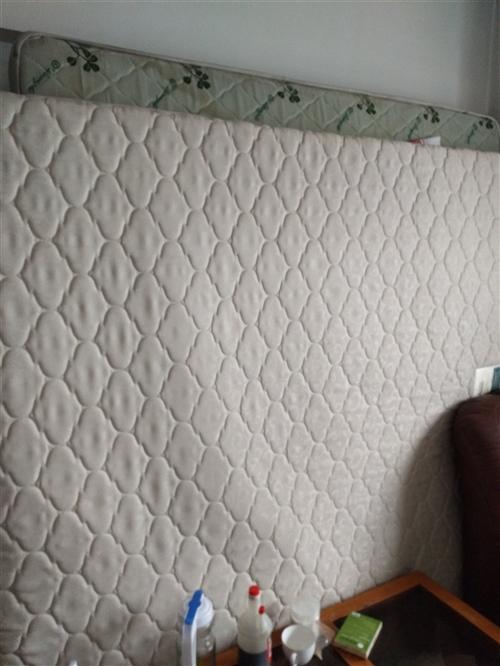 床墊,1.5*2米100元,1.8*2米...