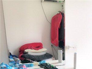 闲置1.8床出售。没睡过。带两个床头柜。...