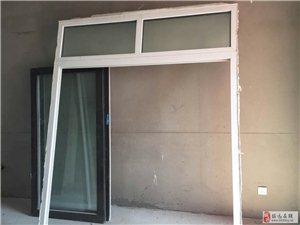新买的房子,客厅和阳台中间有个窗,和装修风格不符,所以拆下,有要的低价低转。有要的直接回复我