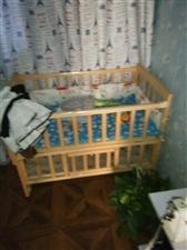 家有儿童床一张,是全实木的,带有床垫,有...