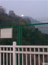 山顶上的圆月
