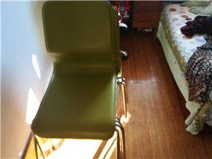 不锈钢9成新绿色饭桌。带4个凳子。买时候...
