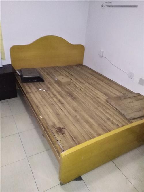都是1、5米的床,黄色的壹佰伍拾元,另一...